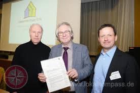 Dr. Manfred Beck mit der Urkunde und den beiden Schulleitern Karl-Heinz Borutta (links) und Andreas Lisson. (Foto: Ralf Nattermann) - 2091879_preview