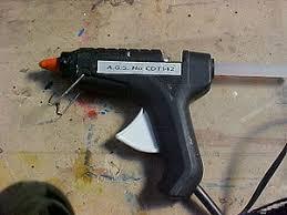 Resultat d'imatges de pegando con pistola silicona a la madera