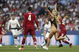 Финал Лиги чемпионов прервала полуголая <b>фанатка</b>: <b>Футбол</b> ...