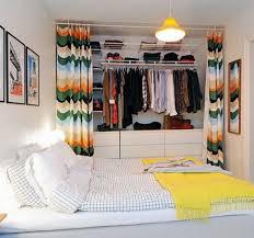 Вместительная гардеробная за <b>шторкой</b>. | Небольшая спальня ...