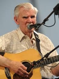Doc Watson på hans ældre dage, der spiller guitar