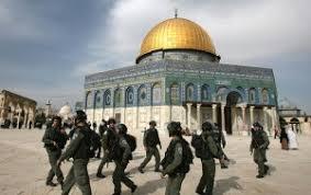 Risultati immagini per Coloni invadono la moschea di al Aqsa sotto la protezione della polizia israeliana