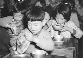「1950年 - 文部省が、9月から八大都市の小学校で、アメリカからのガリオア資金によるパン給食の完全実施を発表。」の画像検索結果