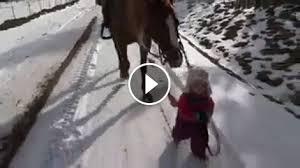 Słodkie! Mała dziewczynka i jej koń!