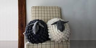 Вязаная спицами <b>подушка Овечка</b> с описанием от Purl Soho ...