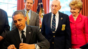 obama signs bill awarding congressional gold medal to doolittle raiders president barack obama signs hr 1209 in the oval office barak obama oval office golds