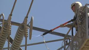 PG&E Teaches Linemen How to Work on Energized Power Lines ...