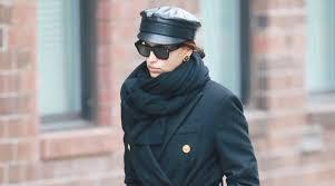 Ирина Шейк в <b>пальто Versace</b> и кожаной фуражке спасается от ...