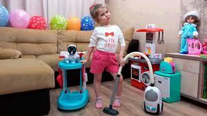 Ева помогает маме убирать в доме. Играет в <b>набор</b> для уборки ...
