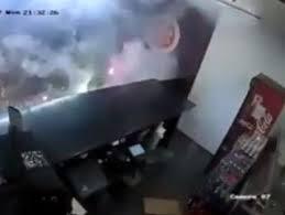 İngiltere'de pizzacıya havai fişekli saldırı