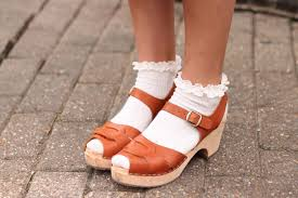 Resultado de imagen de calcetines y sandalias