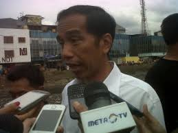 Jokowi saat diwawancarai media di pinggir Kali Pakin, Penjaringan, Jakarta Utara, Senin (18/2). Saya agak kaget melihat respon pembaca tentang kisah di ... - 1361233257185486095_300x225