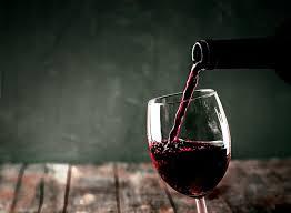 """Нарколог рассказал о вреде """"<b>бокала вина</b> за <b>ужином</b>"""" для россиян"""