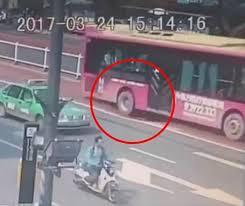 Çin'de yolcu dolu otobüs 3 metrelik çukura düşüyordu