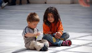 Dilenen çocuklara para yerine kitap veriyor