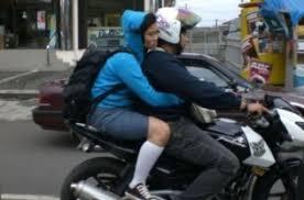 ALASAN LARANGAN WANITA DI BONCENG MOTOR NGANGKANG Kontroversi Aturan Bermotor Di Aceh 2013