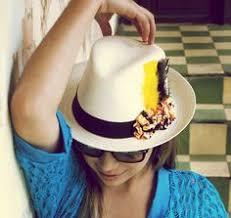 Resultado de imaxes para flores en los sombreros