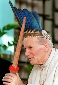 ... grupie przyjaciół z Krakowa. Przyjaźń przyjaźnią, a Papież papieżem, więc przyklękli. – Nie róbcie szopek – powiedział Gospodarz*. - karol_wojtyla