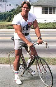 """Arnold """"Arnie"""" Schwarzenegger auf dem Rad"""