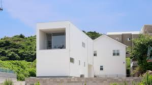 <b>Slim white</b> house by CAPD frames view of the sea in Japan
