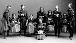 「1892年 - マサチューセッツ州スプリングフィールドのYMCA訓練校で、同校講師ジェームズ・ネイスミスが考案したバスケットボールの初の公式試合」の画像検索結果