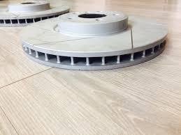 Насечки на тормозные диски и <b>накладка на задний</b> ...