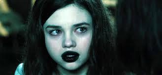 Comunque: si scopre che la ragazzetta (India Eisley, scelta apposta con le labbra spropositate per distrarre da quelle rifatte di Kate B) ... - India-Eisley-in-Underworld-Awakening-2012-Movie-Image-1