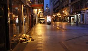 Resultado de imagen para hombres durmiendo en las plazas