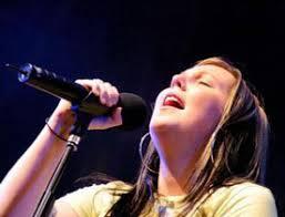 Elle est la fille de Russell Fragar, compositeur de chansons et musicien chrétien australien qui a participé aux premiers enregistrements de Hillsong. - michellefragar