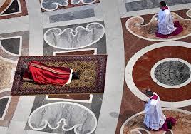 Papa yere uzanarak dua etti