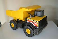 Желтый пластиковый литой строительной техники - огромный ...