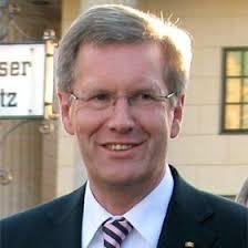 Der Bundespräsident Christian Wulff schwankt. Foto: <b>Franz Richter</b> / CC-BY-SA - 20120104-konfessionsfrei-weiblich-ehrlich-01-franz-richter-wikimedia-cc-by-sa