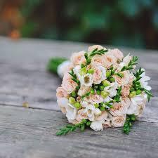 Свадебный <b>букет из кустовой</b> розы и фрезии (с изображениями ...