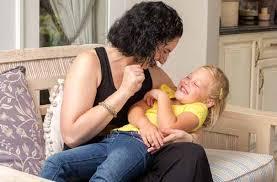 Resultado de imagen de niños con adultos que le hacen cosquillas