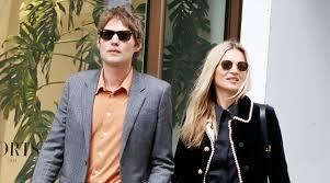 Кейт Мосс в бархатном <b>пальто Gucci</b> с жемчужинами ...