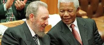 fidel castro et nelson mandela au parlement sud africain le 4 septembre 1998 aprs le apras le discours de celle qui