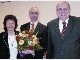 Die langjährige Pflegedienstleiterin Christine Konrad und Caritas-Direktor Hans-Werner Wolff (r.) freuen sich mit Carsten Brinkmann über dessen Ernennung ... - 1501515896-langjaehrige-pflegedienstleiterin-christine-konrad-caritas-direktor-hans-werner-wolff-r-freuen-sich--ic34