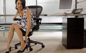 Resultado de imagem para mulher com dor no pes por causa do salto alto