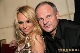 Pierre Thomas, le propriétaire du Bypass, a pris la pose avec l'actrice. - 68417-ObLYU4VYplo_l_z5LtauCw