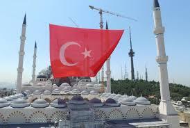 Çamlıca Camisi'ne dev bayrak asıldı