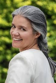 Resultado de imagem para mulheres de cabelos brancos ou grisalhos