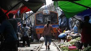 بازار کنار ریل تایلند