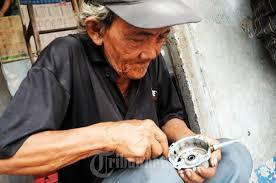 """MBAH JUNAIDI (67), kesehariannya bekerja mereparasi kipas angin yang membuka kios ditempat """"Pos Siskamling RT 03. RW 02, Kelurahan Gelora, Jakarta Barat"""". - 20130801_mbah-junaidi-tukang-reparasi-kipas-angin_8696"""
