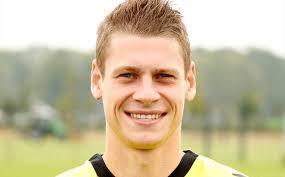 ... Lukasz Piszczek(26세)은 2016년 6월까지 구단과의 계약을 연장했다. 12. (오피셜) 말라가는 비야레알의 미드필더 Santiago Cazorla(26세)와 - 1311745968