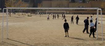 Resultado de imagen de fútbol en el patio de un colegio