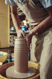 Создание <b>банки</b> или вазы из белой глины крупным планом ...