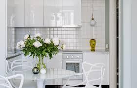 Небольшая квартира с белой кухней и мебелью ИКЕА ...