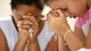 Resultado de imagem para pessoas rezando aos santos