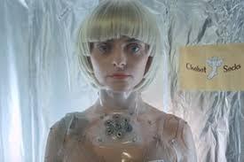 Девушка-робот исполняет мужские желания в рекламном ролике ...
