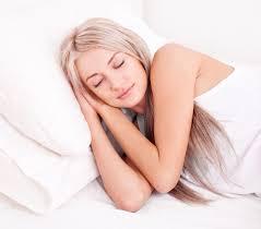 Resultado de imagem para mulher deitada em almofada
